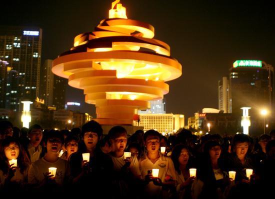 2008年5月19日,青岛五四广场,为灾区祈福的蜡烛在夜晚点燃.