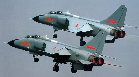 图文:中国空军改型飞豹战机双机编队升空